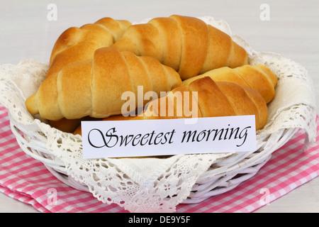Süßeste Morgen Karte mit Korb voller Butter croissants - Stockfoto