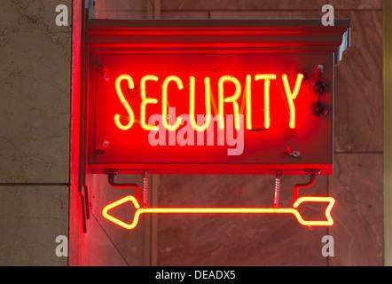 Ein roter Neon-Schild weist den Weg zur Sicherheit - Stockfoto