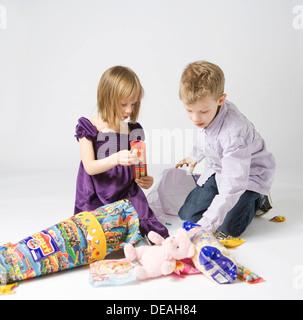 Kinder essen Süßigkeiten aus großen Kornett aus Pappe, die traditionsgemäß gegeben für Kinder in Deutschland an - Stockfoto