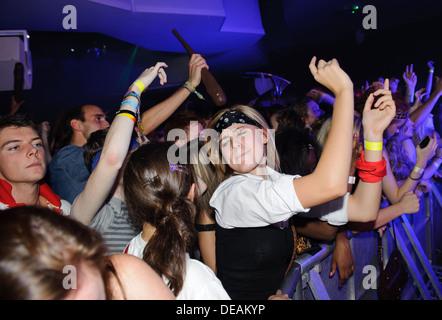 Mädchen party flirten