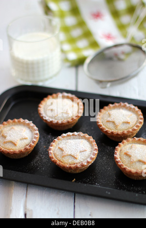 Mince Pies & Milch - Stockfoto