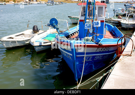 Bunte Fischerboote auf dem Fluss Rio Gilao Tavira Algarve Portugal - Stockfoto