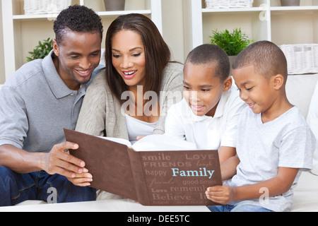 Froh, dass afrikanische amerikanische Mann, Frau und zwei jungen, Vater, Mutter und Söhne, Familie zusammensitzen - Stockfoto