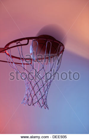 Basketball am Rand des hoop - Stockfoto