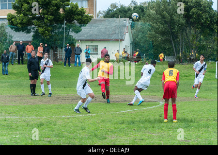 Junior-Football-Spieler löscht den Ball, Cape Town, Südafrika - Stockfoto