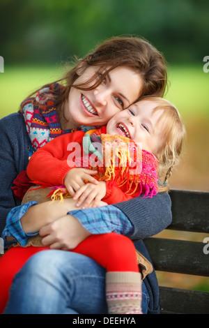 Mutter und Tochter im park - Stockfoto