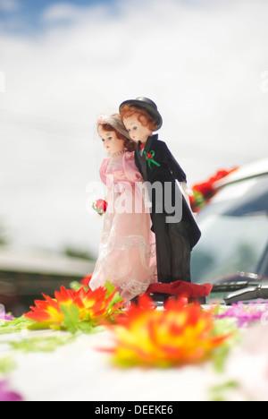 Miniatur smart paar basierend auf vordere Auto bereit für die Hochzeit mit Blumen an den Füßen - Stockfoto