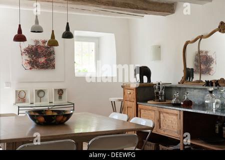 Wei e st hle bei einfachen holztisch in modernen wei en k che esszimmer mit parkettboden und - Holztisch mit stuhlen ...