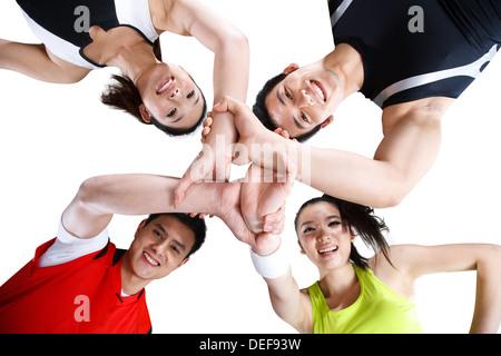 Niedrigen Winkel Gruppe von Athleten im huddle - Stockfoto