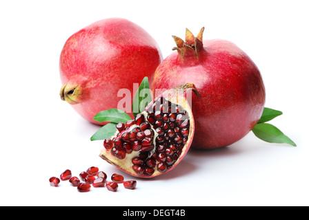 Granatäpfel auf weißem Hintergrund. Isoliert. - Stockfoto