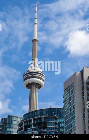 Der CN Tower, das höchste Bauwerk in Toronto, gegen einen blauen und bewölkten Himmel Stockfoto