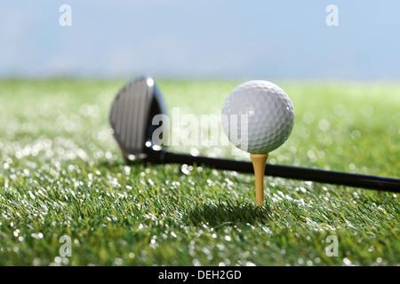 Golfschläger und Ball am Abschlag - Stockfoto