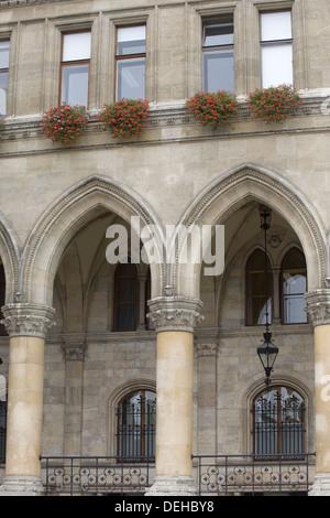 Bögen und Klöster in der das Rathaus Gebäude in Wien - Stockfoto