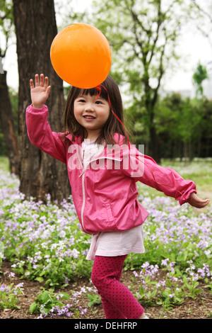 Ein Mädchen spielen im freien - Stockfoto