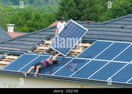 Installation von Photovoltaik-Solarzellen am Dach des Hauses, Deutschland - Stockfoto