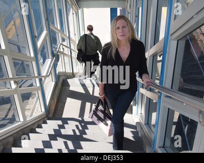 Frau klettert Zug Bahnhof Schritte nach der Ankunft zu den Vororten von New York City, New York, USA - Stockfoto