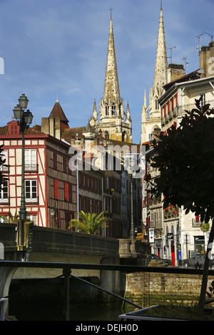 Frankreich. Pyrenäen Atlantiques. Französische Baskenland. Bayonne. Dom und Altstadt, vom Fluss Nive. - Stockfoto