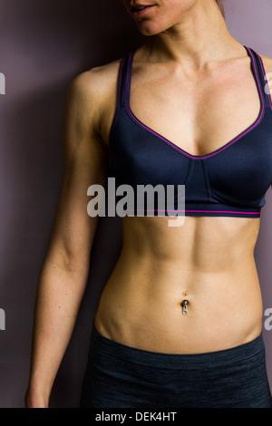 Junge sportliche Frau mit getönten abs - Stockfoto