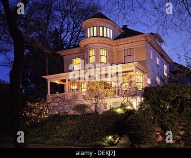 Grand viktorianisches Haus leuchtet in der Dämmerung - Stockfoto