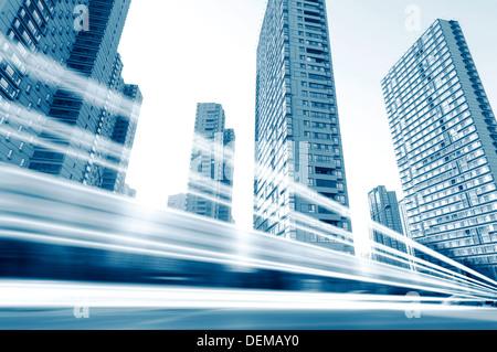 Die Lichtspuren auf dem Hintergrund der modernen Gebäude in shanghai China. - Stockfoto