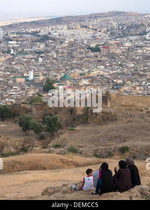 Gruppe von Menschen auf einem Hügel mit Blick auf die Medina von Fes, Marokko - Stockfoto
