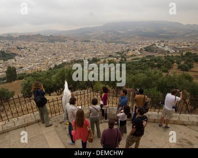 Touristen im Belvedere, Blick auf Fes, Marokko - Stockfoto
