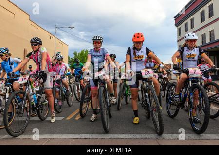 Weibliche Radfahrer Teilnahme an der jährlichen Charity-Radrennen, Grand Junction, Colorado, USA - Stockfoto
