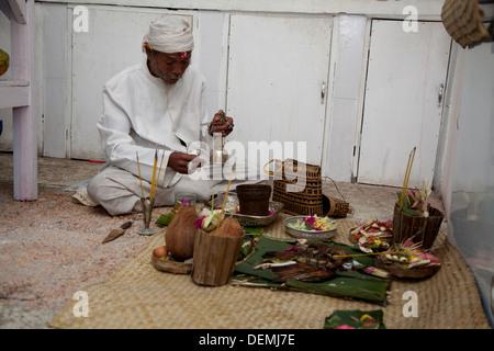 Indonesien-Priester segnet neue Büro Raum Küche Bali Asien Zeremonie ...