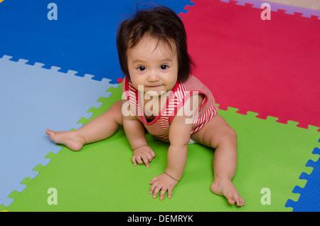 Baby sitzen sechs Monate - Stockfoto