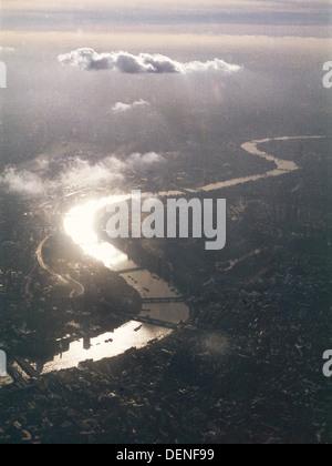 Blick von einem Flugzeugfenster mit Blick auf die Themse im Südwesten Londons - Stockfoto