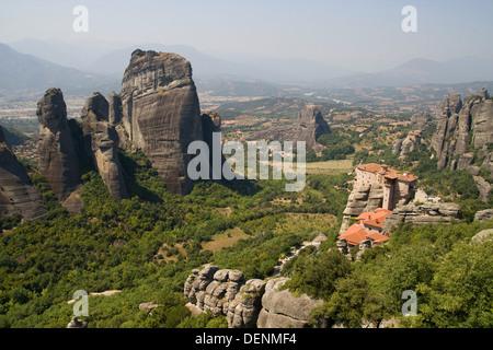 Panorama von den Meteora-Tal mit dem Kloster Roussanou auf der rechten Seite in Thessalien, Griechenland. - Stockfoto