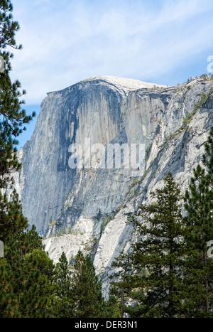 Eine der vielen Sehenswürdigkeiten im Yosemite National Park, dies ist eine Ansicht des Half Dome vom Talboden. - Stockfoto