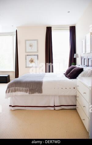 Ein Schlafzimmer Eingerichtet In Ruhigen Tonen Von Grau Weiss Braun