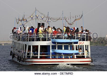 Nil Kreuzfahrt Kairo Ägypten. Junge Ägypter ein Flussboot mieten und sie machen eine party - Stockfoto