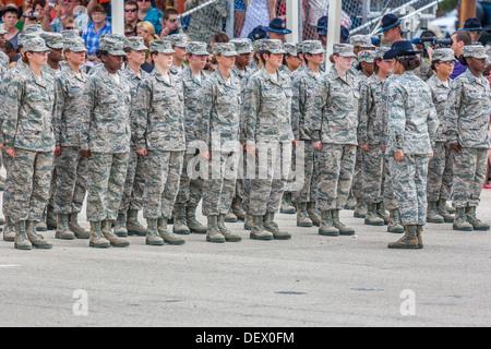 Flug von weiblichen Soldaten stramm in Bildung während der United States Air Force Grundausbildung Akademische Abschlussfeiern - Stockfoto