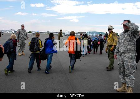 US-Soldaten aus dem 2. Bataillon, 4. Aviation Regiment aus Fort Carson, Colorado, sowie zivile Einsatzkräfte retten - Stockfoto