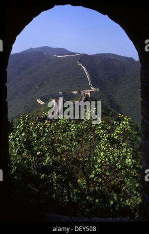 Bestandteil der Mutianyu-Abschnitt der großen Mauer von gewölbten Wachturm aus gesehen. China - Stockfoto
