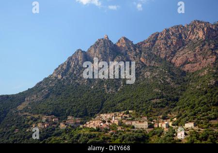 Das kleine Dorf Ota in den Bergen von Korsika, Ota, Korsika, Frankreich - Stockfoto