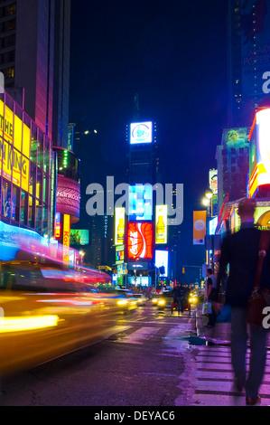 Broadway zeitweise Square bei Nacht, Menschen, taxis, Bewegungsunschärfe, Manhattan, New York, USA - Stockfoto