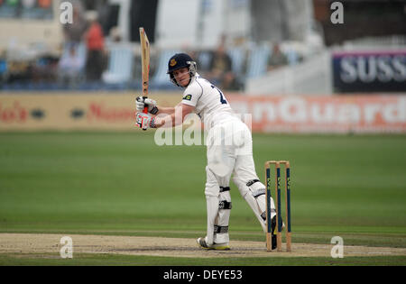 Ben Brown Sussex Cricketer den Ball in einem Spiel gegen Durham - Stockfoto