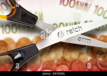 Symbolisches Bild für die soziale Kluft, die Kluft zwischen Arm und reich - Stockfoto