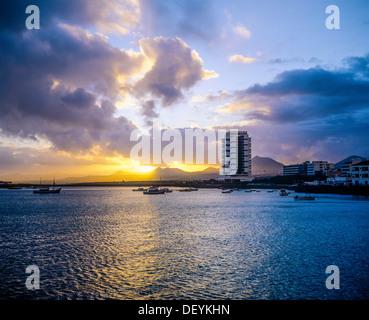 Bucht und die Stadt bei Sonnenuntergang Arrecife-Lanzarote-Kanarische Inseln-Spanien - Stockfoto