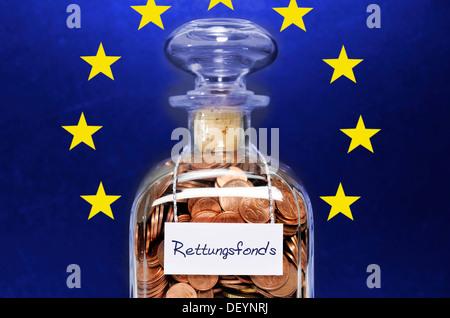 Flasche voll mit Cent-Münzen gekennzeichnet mit der Aufschrift Rettungsfonds, Deutsch für Rettungsfonds, symbolisches - Stockfoto