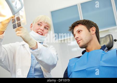 Zahnärztin zeigen Patienten Karies auf Röntgenbild vor der zahnärztlichen Behandlung - Stockfoto