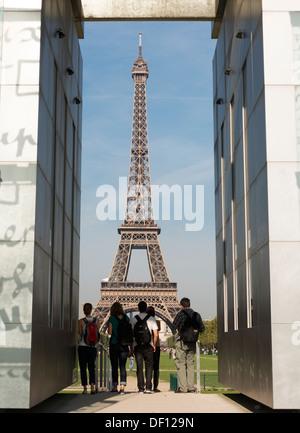 Eiffel Tour gesehen durch die Wand des Friedens, Champs de Mars, Paris, Frankreich - Stockfoto