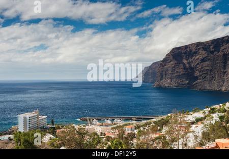 Der Ferienort Los Gigantes, Teneriffa, Kanarische Inseln, mit den riesigen Klippen, für die die Stadt im Hintergrund - Stockfoto