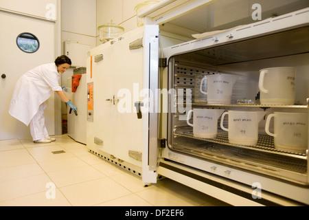 Sedimente und Ökotoxikologie Labors. Sedimente Tests (Schlamm, Schlamm), Filtern und trocknen, AZTI-Tecnalia. Technologische - Stockfoto