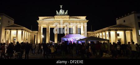 Panoramablick auf das Brandenburger Tor in Berlin bei Nacht beleuchtet - Stockfoto