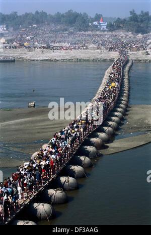 Massen von Pilgern, die Ankunft in der Kumbh Mela Festival (2001), die größte religiöse Veranstaltung der Welt. - Stockfoto