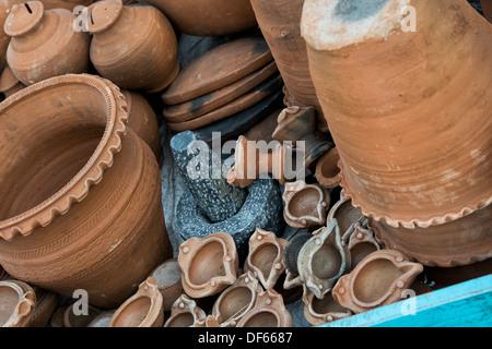 Hand geworfen Tontöpfe auf einem Wagen auf einem indischen Markt verkauft werden. Andhra Pradesh, Indien - Stockfoto